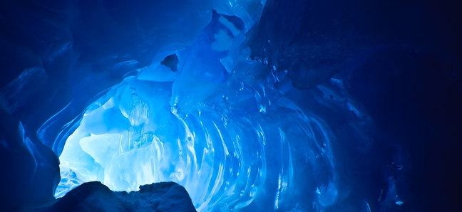 В Норвегии туристы могут переночевать в снежной пещере